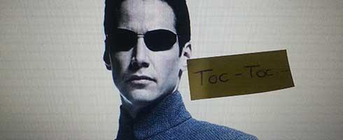 Homme avec des lunettes noires, image de Matrix, post it